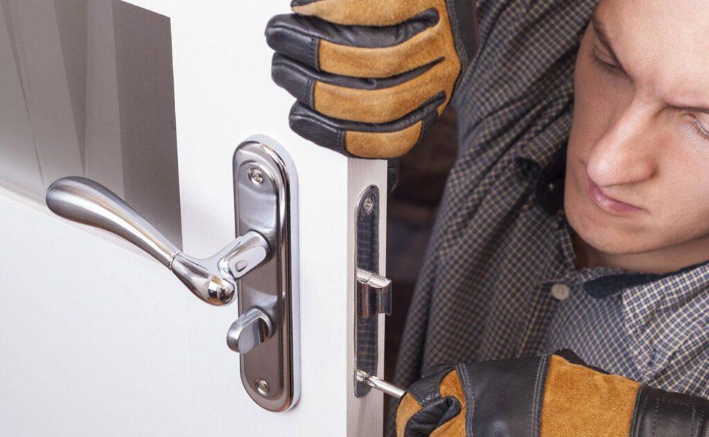 Zámečník opravující dveře